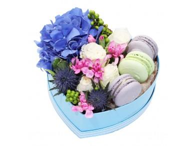 """Цветочная коробка с макарунами """"Сердце Мальвины"""""""
