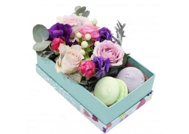 """Цветочная коробка с макарунами """"Воздушный поцелуй"""""""