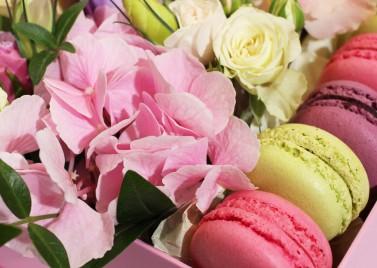 """Коробка цветов с макарунами """"Малиновый Рай"""""""