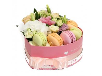 "Цветочная коробка с макарунами ""Комплимент"""