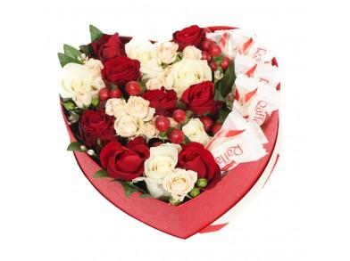 """Коробка цветов с конфетами """"Красное сердце"""""""