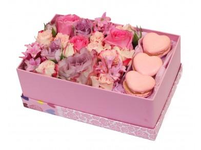 """Цветочная коробка с макарунами """"Счастливое мгновение"""""""